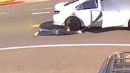 Video: Kinh hoàng cướp đi ôtô giật túi xách, kéo lê cô gái trên đường