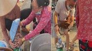Video: Du khách lật tẩy chiêu cân gian của người bán ốc bằng chai nước suối