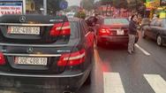 Video: Đang xác minh vụ 2 ôtô cùng biển số 'chạm mặt' trên phố ở Hà Nội