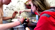 Video: Đôi tình nhân còng tay nhau suốt nhiều tháng để hàn gắn tình cảm