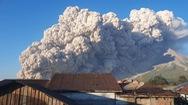 Video: Núi lửa phun trào cuồn cuộn ở Indonesia, tro bụi bay cao 5km
