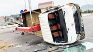 Video: Sau va chạm với ôtô con, xe tải cẩu lật nhào