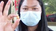 Video: Khi đang ăn ốc biển, một cô gái phát hiện có viên ngọc quý trị giá hàng tỉ đồng