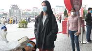 Video: Hàng trăm sinh viên Hải Dương xếp hàng chờ xét nghiệm COVID-19 trả phí, 734.000 đồng/lần