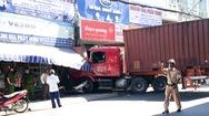 Video: Xe container ôm cua lao vào cửa hàng, tông chết một người