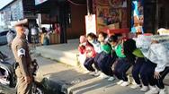 Video: Phạt 6 nữ sinh 'thụt dầu' vì chở nhau không đội mũ bảo hiểm