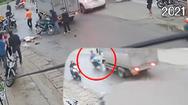 Video: Thót tim cảnh thanh niên chạy xe máy, tông vào xe tải bất tỉnh