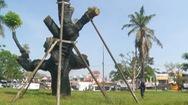 Video: 'Cấp cứu' thành công cây xà cừ trăm tuổi bị bật gốc do bão ở Huế