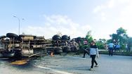 Video: Va chạm giữa 2 xe container, thùng dầu đổ tràn ra đường ở Quảng Nam
