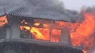 Video: Một nhà hàng trên tầng cao khách sạn ở quận 5 bốc cháy trong mưa