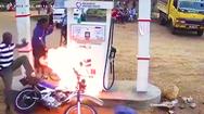 Video: Người đàn ông 'hỏa thiêu' cây xăng vì không tắt máy xe, còn vặn tay ga liên tục