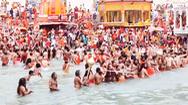 Video: Người dân Ấn Độ chen chúc đi tắm sông, bất chấp COVID-19 đang lây lan