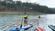 Video: Trải nghiệm chèo thuyền ngắm cảnh giữa lòng hồ Tuyền Lâm