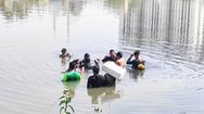 Video: Rơi từ sà lan xuống Kênh Đôi, một người mất tích