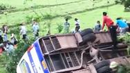 Video: Xe lao xuống vực sáng nay, hàng chục công nhân bị thương