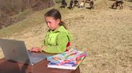 Video: Cháu bé vừa chăn dê, vừa học online trên ngọn núi cao 1.000 mét