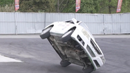 Video: 'Kinh ngạc' với màn biểu diễn lái ô tô bằng 2 bánh