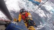 Video: Trực thăng giải cứu 12 thủy thủ trên tàu chở hàng sắp chìm vì sóng dữ