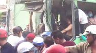 Video: Xe tải tông nát đầu xe buýt, tài xế bị kẹt trong cabin ở Bình Chánh