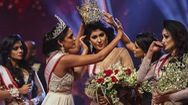 Video: 2 người bị bắt vì lên sân khấu giật vương miện của Hoa hậu