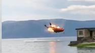 Video: Trực thăng cứu hỏa rơi xuống hồ, bốc cháy ở Vân Nam