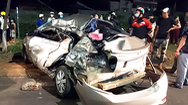 Video: Ô tô văng xa 10 mét nữ tài xế tử vong trên ghế lái, còn xe tải chở củi lật cách hiện trường hơn 1km
