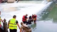 Video: Ra giữa dòng nước để chụp hình, 2 cô gái bị cuốn trôi