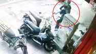 Video: Phát hiện chiếc SH bị trộm, tài xế xe ôm công nghệ lao vào, tên trộm bỏ chạy