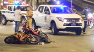 Video: Nghi can giật điện thoại của cô gái, lao ra đường tông vào xe khác, chết tại chỗ