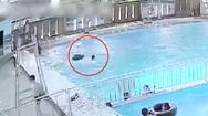 Video: Thanh niên 17 tuổi đuối nước ở hồ bơi có đông người nhưng không ai biết