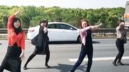 Video: Nhóm phụ nữ nhảy múa trên cao tốc trong lúc kẹt xe gây chú ý tại Trung Quốc