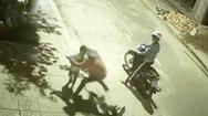 Video: Hai nam thanh niên chặn đường cướp điện thoại của bé trai ở Đắk Lắk