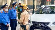 Video: Tài xế xe Lexus có dán giấy ra vào Bộ Công an thách thức tổ liên ngành xử lý vi phạm