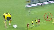 Video: Xem lại tình huống cầu thủ Malaysia khoác vai 'nói đểu' và tiểu xảo ăn gian vị trí đá phạt