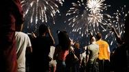 Video: Pháo hoa rợp trời ăn mừng mở cửa hoàn toàn tại 2 bang ở Mỹ