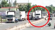 Video: Hàng chục cảnh sát rượt đuổi tài xế xe đầu kéo gây náo loạn trên đường phố ở Sóc Trăng