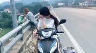 Video: Bức xúc hình ảnh 2 cô gái lái xe lên giữa cầu rồi đổ rác xuống sông