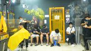 Video: Người Hà Nội xếp hàng đợi cắt tóc trong ngày đầu nới lỏng