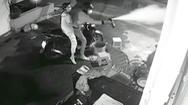 Video: Bắt băng cướp ở TP.HCM dùng roi điện, hơi cay tấn công người dân