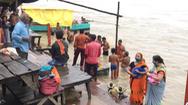 Video: Chưa hết ám ảnh COVID-19, người Ấn lại đổ về sông Hằng tắm rửa để được thần linh phù hộ