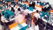Video: Điện thoại bất ngờ bốc cháy trong túi quần, cả văn phòng hốt hoảng