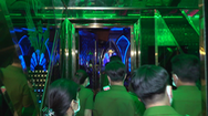Video: Bất chấp quy định, nhiều thanh niên nam nữ vẫn kéo nhau vào quán karaoke 'phê' ma túy