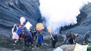 Video: Hàng ngàn người ném dê, gà xuống miệng núi lửa cầu may mắn