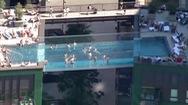 Video: Thót tim với bể bơi trong suốt, treo lơ lửng giữa 2 tòa nhà ở Anh