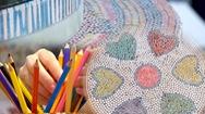 Góc nhìn trưa nay | Biến hàng ngàn chiếc bút chì màu thành đồ vật trang trí bắt mắt