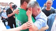 Video: Con trai bị bắt cóc 24 năm... vỡ òa nước mắt trong ngày đoàn tụ