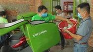 Góc nhìn trưa nay   Đội hình xe ôm đội nắng mưa phát cơm cho người nghèo mùa COVID-19