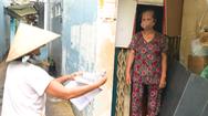Video: Theo chân tổ trưởng dân phố gõ cửa từng nhà phát phiếu đi chợ