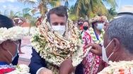Video: Tràn ngập vòng hoa và vỏ sò trên cổ Tổng thống Pháp khi ông thăm một hòn đảo