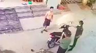 Video: Cởi trần, không đeo khẩu trang, đứng trước nhà tập thể dục bị công an mời về phường